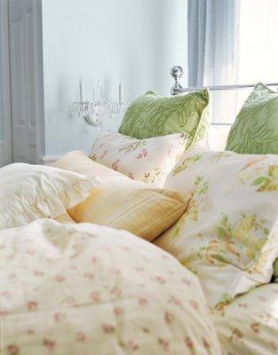 Una cama decorada con cojines