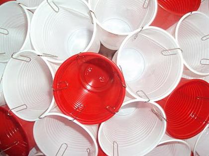 Una lámpara realizada con vasos de plástico - DecoActual.com