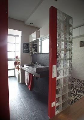 Un apartamento con estilo moderno rústico