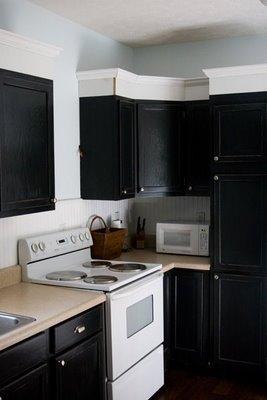 Un mueble negro en la cocina