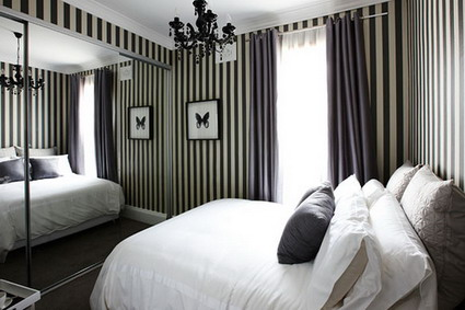 Un dormitorio con rayas
