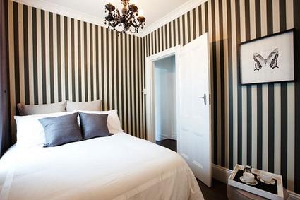 Un dormitorio con rayas - DecoActual.com