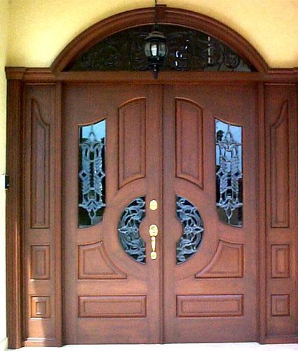 Casas for Puertas de madera modernas para entrada principal