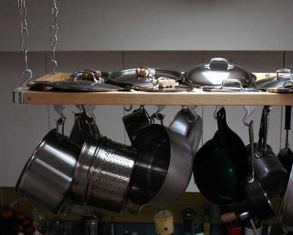 Colgadores de ollas y sartenes for Colgador utensilios cocina