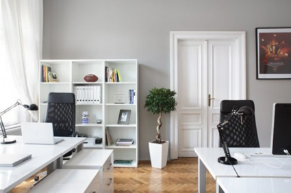 esta oficina te provocar querer quedarte hasta mas tarde una estantera de coloca blanco escritorio de diseo moderno y mesa de reuniones