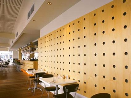 si te gustan las formas modernas y los materiales te fijar tu atencin en este panel de madera con orificios circulares que abarca
