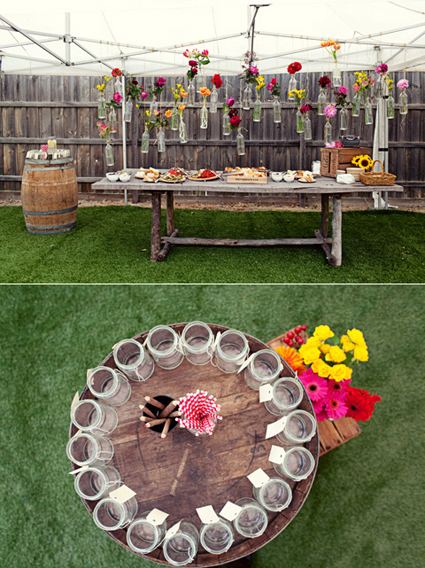 en esta imagen pudes observar un estilo rustico decoraddo para una celebracin especial de una manera creativa con botellas que cuelgan del techo con flores