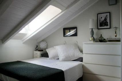 Ideas para decorar una buhardilla for Decorar casa techos bajos