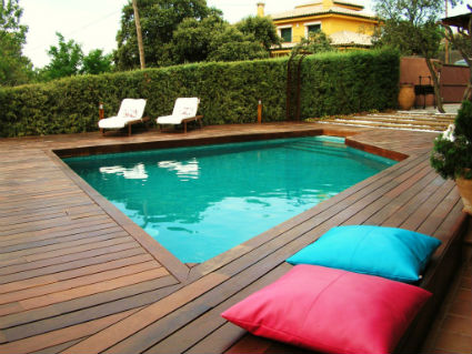 Tips para decorar la zona de piscina for Piscinas de superficie rectangulares