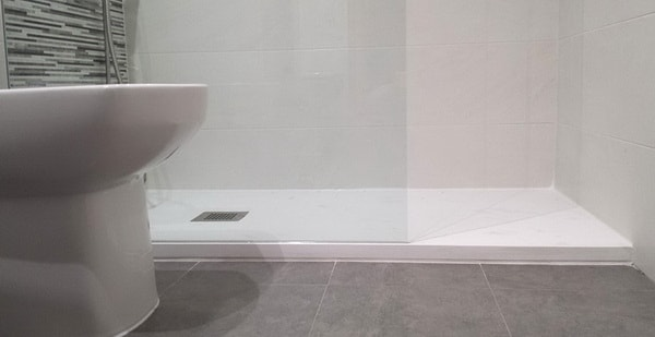 Plato de ducha con mampara de vidrio