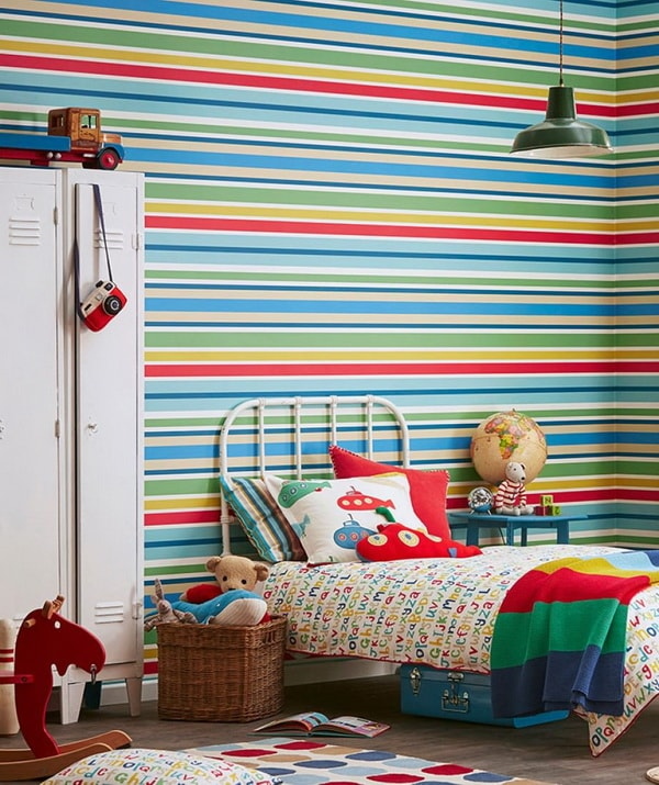 Papel pintado a rayas para el dormitorio infantil