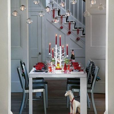 Una mesa navideña con velas