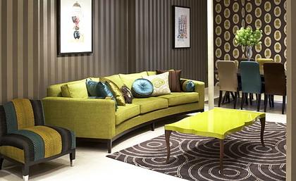 Un salón decorado con colores fuertes