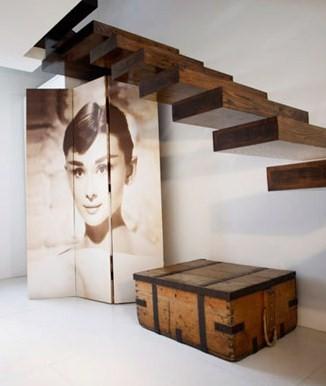 Decoración y diseño debajo las escalera