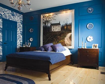 Un dormitorio pintado de azul