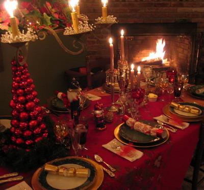 Una roja mesa navideña