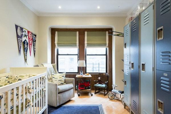 Dormitorio de bebé con taquillas metálicas