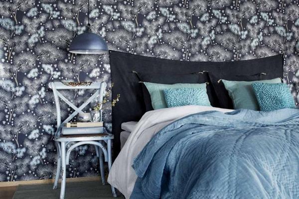 Papel pintado en color oscuro para el dormitorio principal