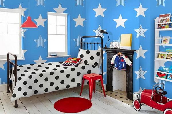 Papel pintado infantil en azul con estrellas blancas